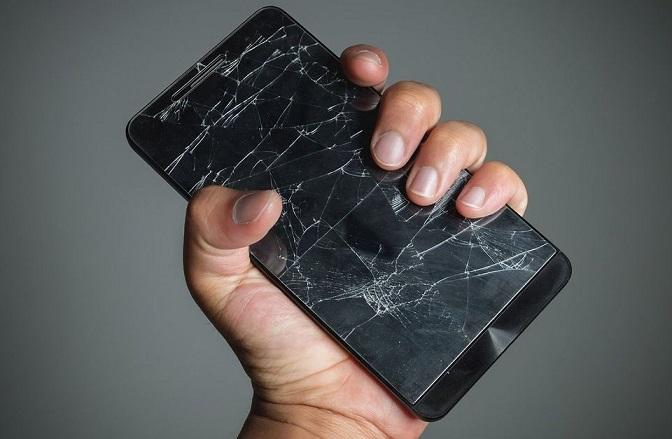 Создано стекло, «затягивающее» трещины на экранах в смартфонов